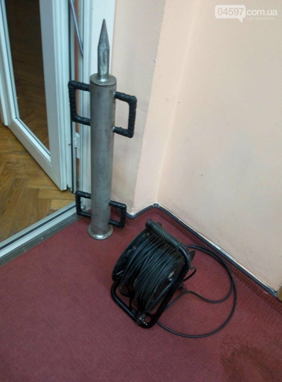 Знаряддя Чібісова: в Ірпені тараном ламали двері в мерію, фото-3
