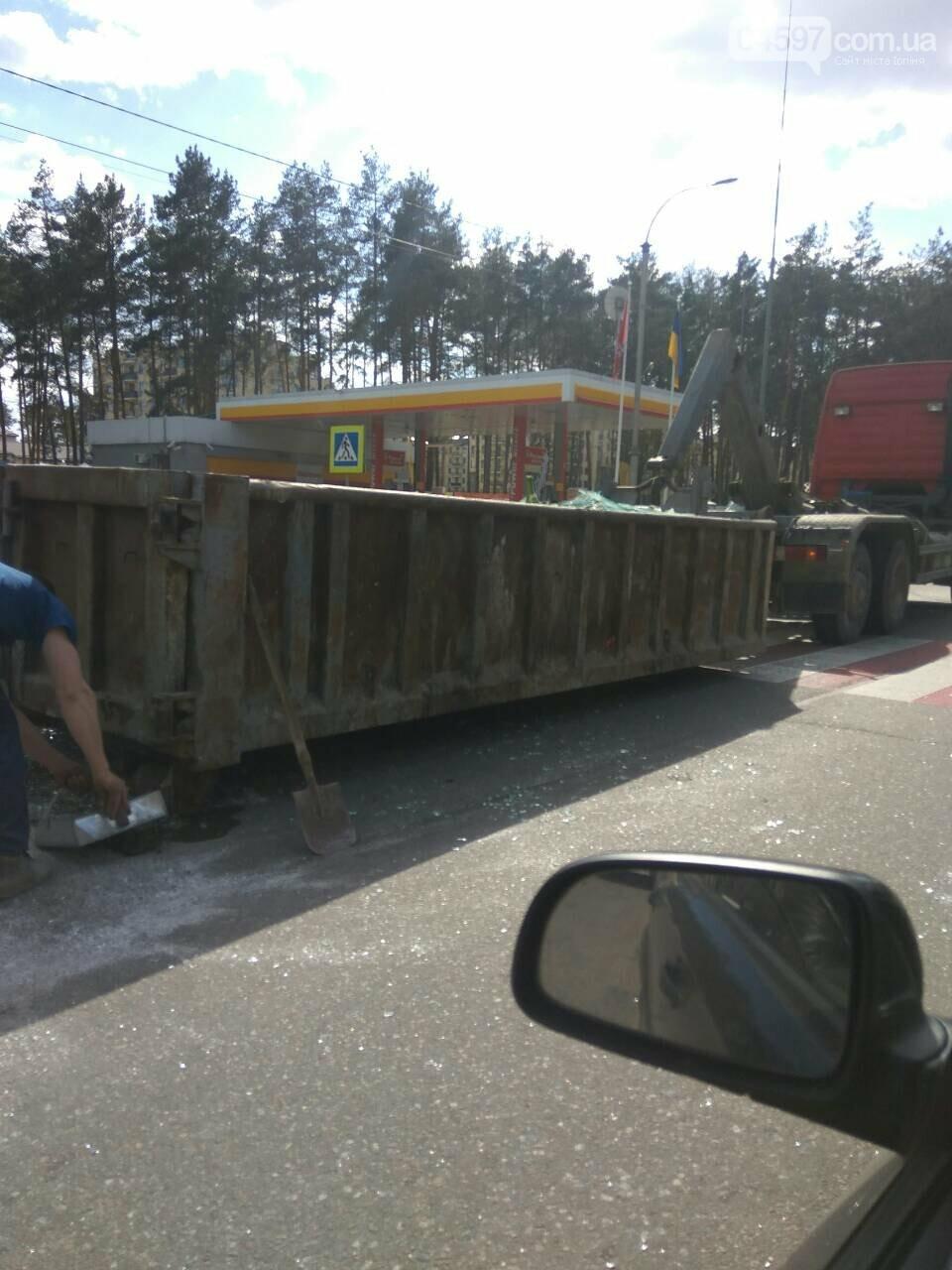 Увага водіям: на Варшавській трасі фура перекрила рух, фото-1
