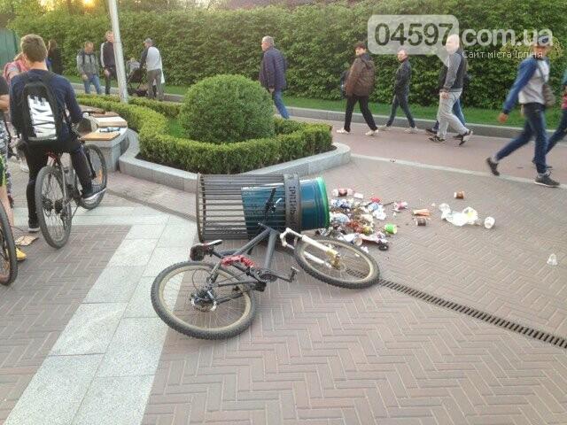 Вело-ДТП та весільний кортеж на Центральній площі Ірпеня, фото-1