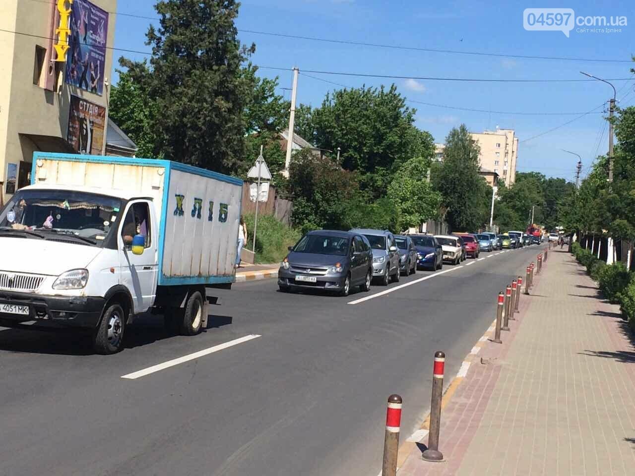 Транспортний колапс у Бучі: водії стояли годину в черзі на переїзд, фото-1