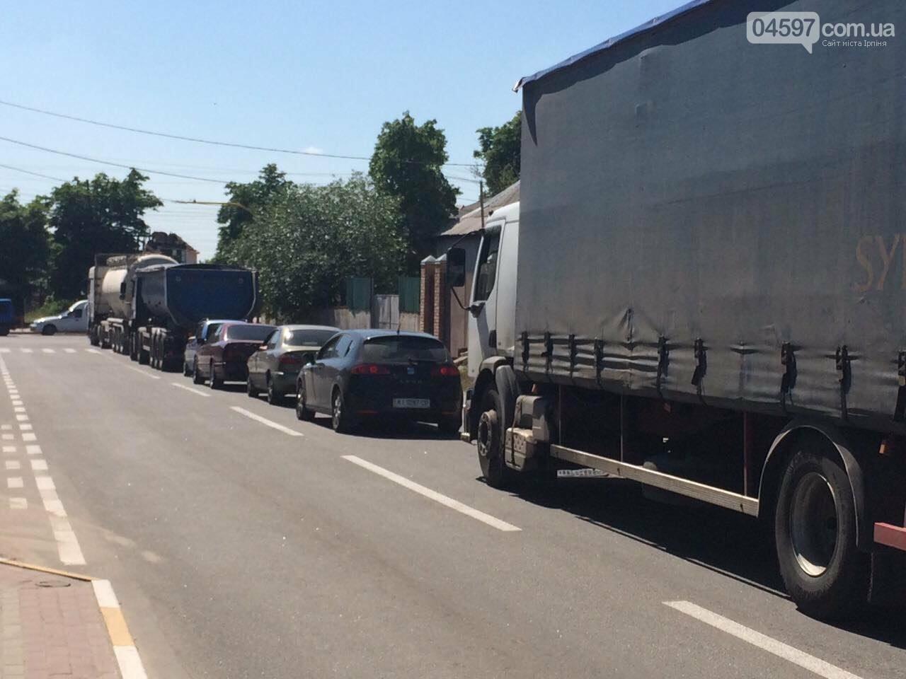 Транспортний колапс у Бучі: водії стояли годину в черзі на переїзд, фото-2