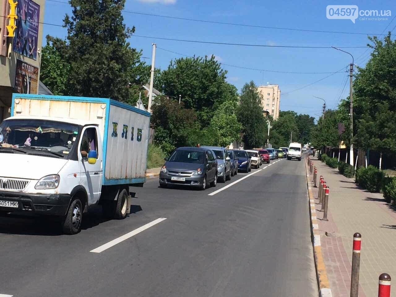 Транспортний колапс у Бучі: водії стояли годину в черзі на переїзд, фото-3