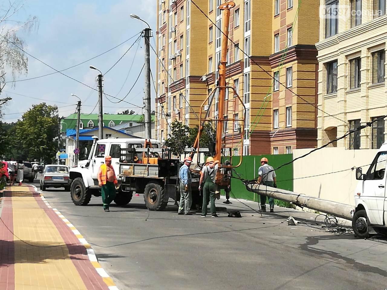В центрі Ірпеня бус завалив електроопору, фото-2