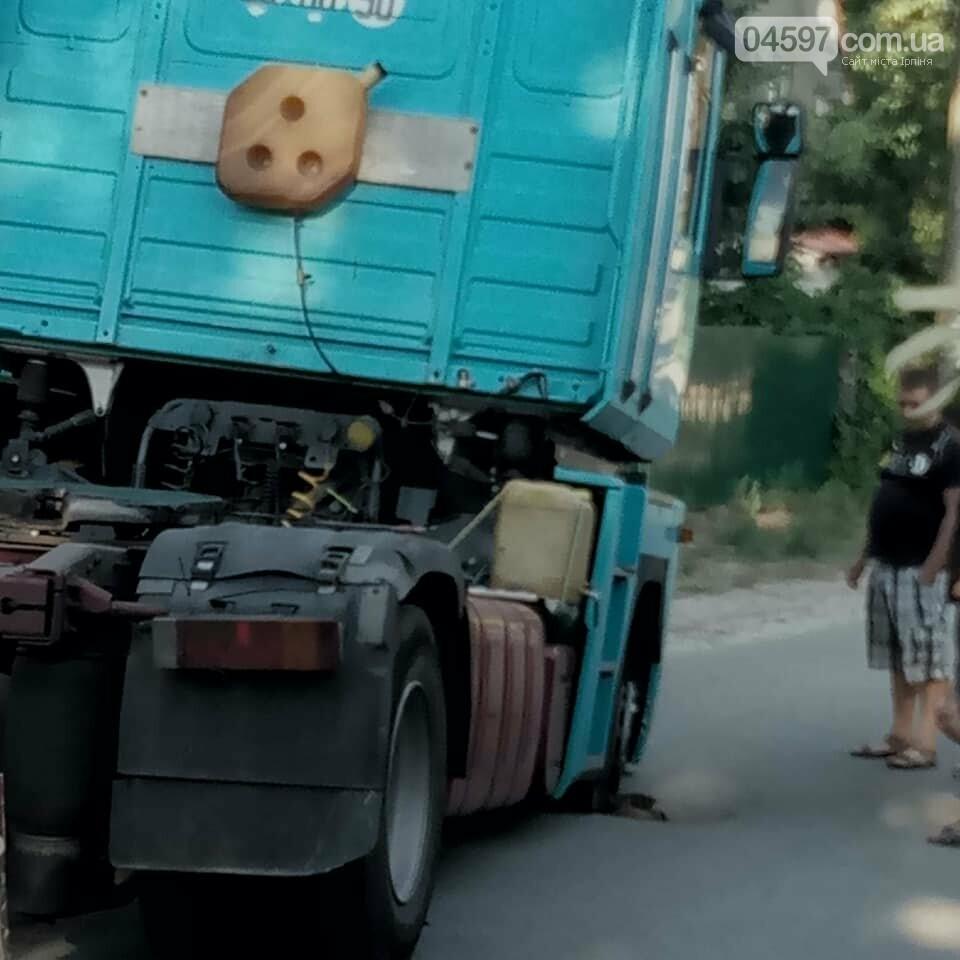 В Бучі на дорозі провалилася вантажівка, фото-3