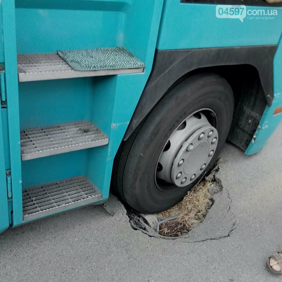 В Бучі на дорозі провалилася вантажівка, фото-1