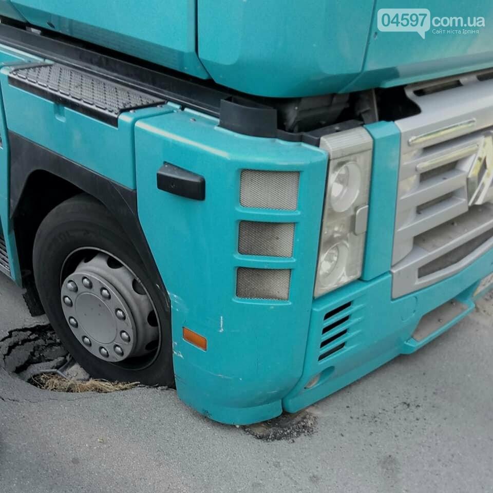 В Бучі на дорозі провалилася вантажівка, фото-2