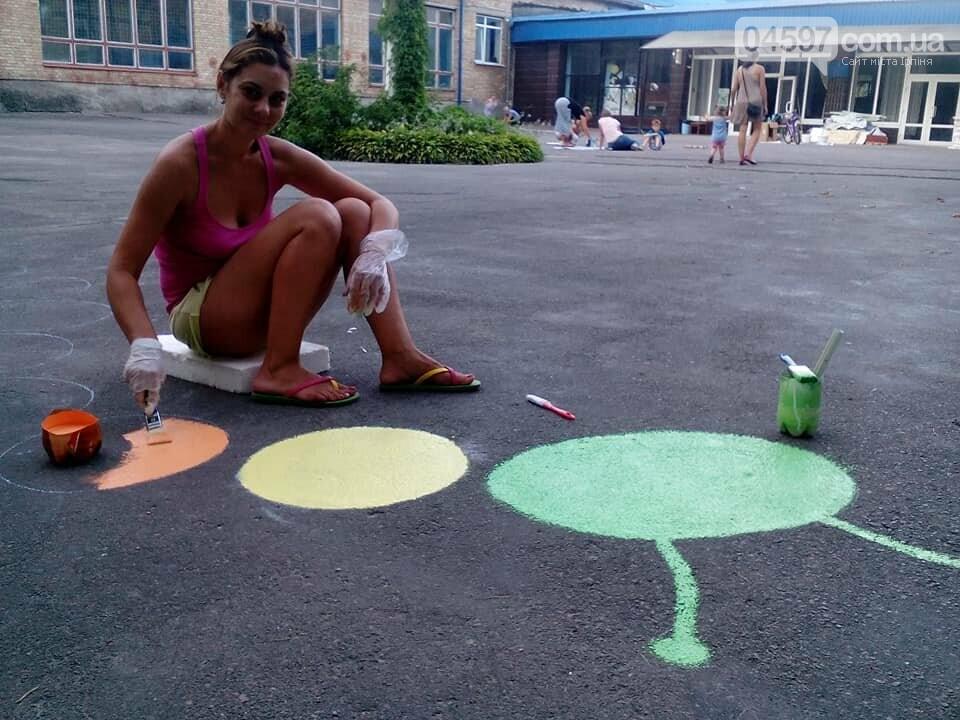 В 17 школі батьки і діти розмальовують подвір'я , фото-6