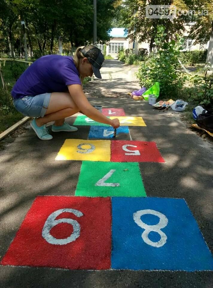 В 17 школі батьки і діти розмальовують подвір'я , фото-8