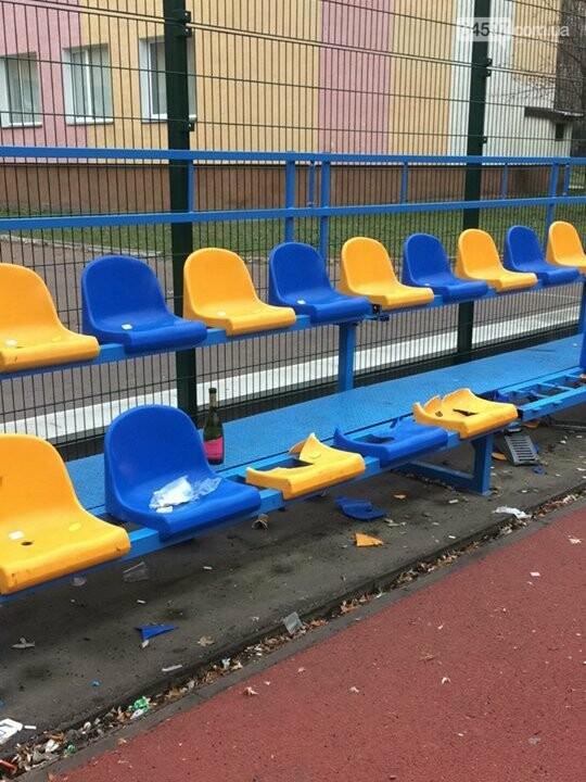 Фотофакт: В Бучі п`яні підлітки розтрощили трибуни шкільного стадіону , фото-2