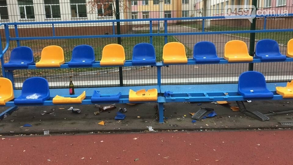Фотофакт: В Бучі п`яні підлітки розтрощили трибуни шкільного стадіону , фото-1