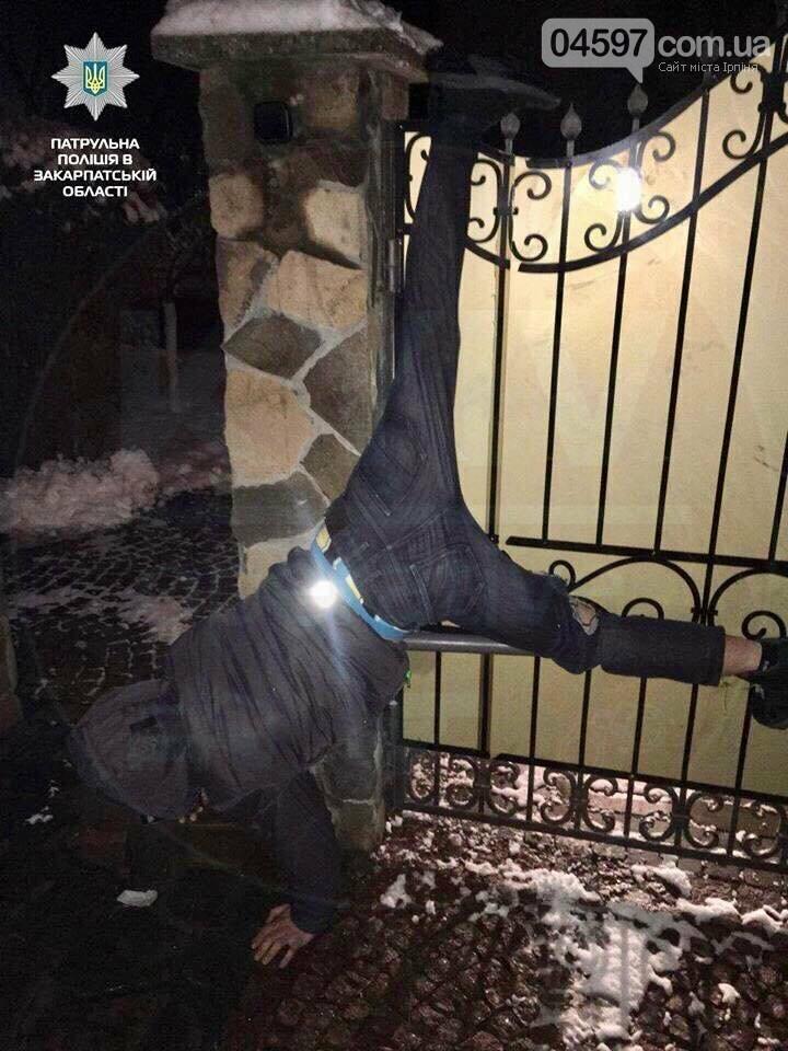 Фотофакт: крадій застряг на паркані тікаючи з місця злочину, фото-1