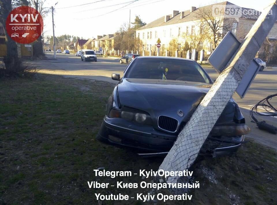Водій BMW влетів у стовп на Соборній , фото-2