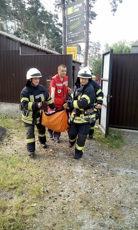 Ірпінські рятувальники витягли бабусю з колодязя, фото-2