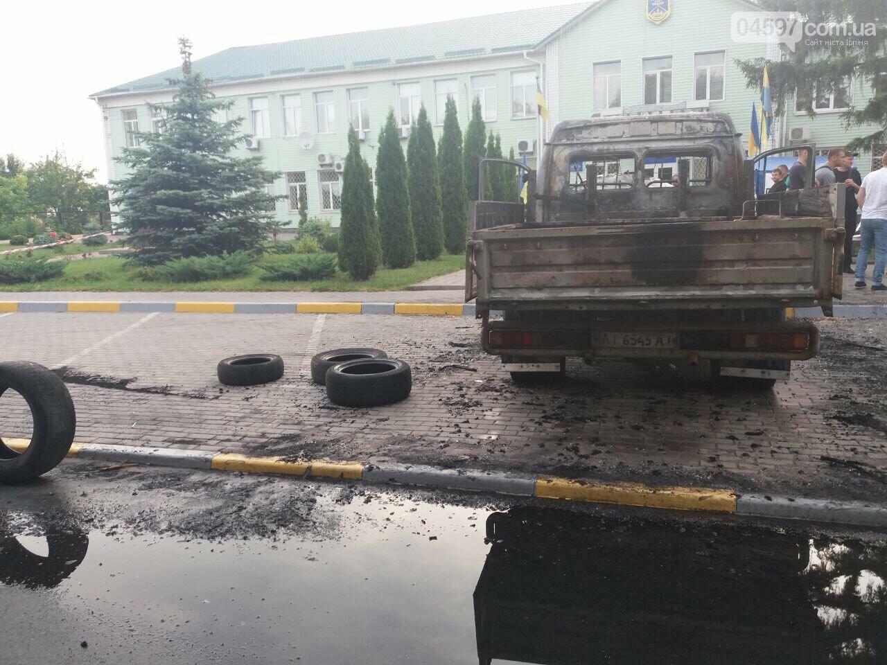 У Гостомелі перед мерією спалили машину, фото-2
