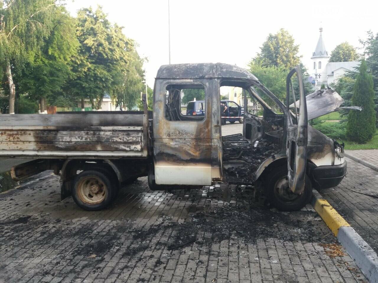 У Гостомелі перед мерією спалили машину, фото-1