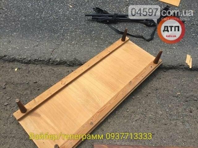 Незвичайне ДТП на Новоірпінській трасі: на маршрутку здуло меблі, фото-3