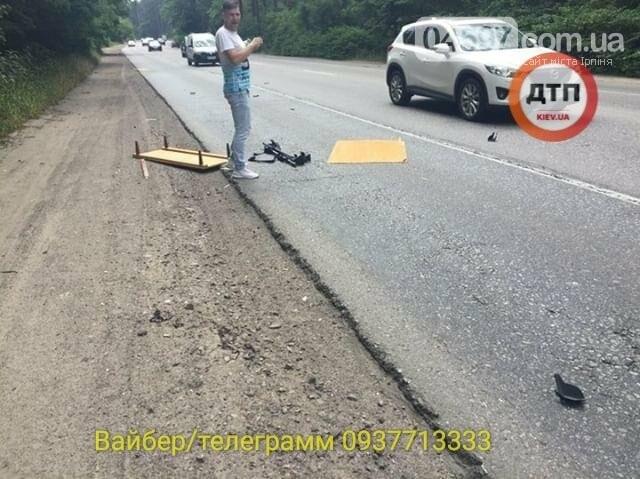 Незвичайне ДТП на Новоірпінській трасі: на маршрутку здуло меблі, фото-2