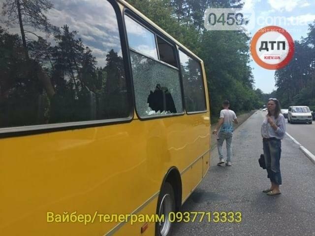 Незвичайне ДТП на Новоірпінській трасі: на маршрутку здуло меблі, фото-1
