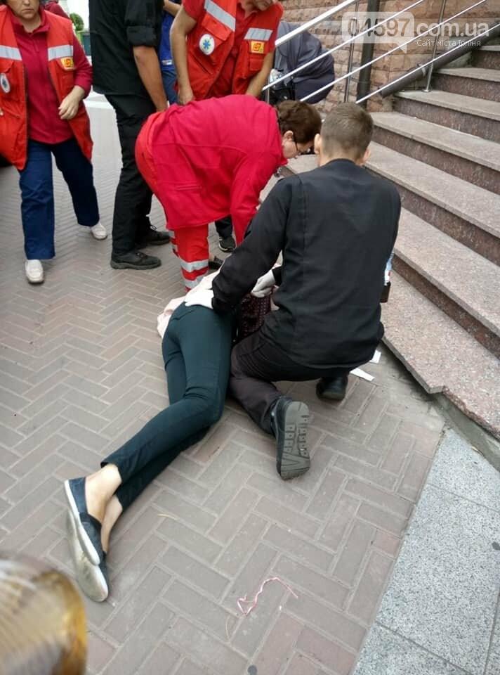 Впала зі сходинок в магазині, колиску з нeмовлям лeдь встигли схопити, фото-1
