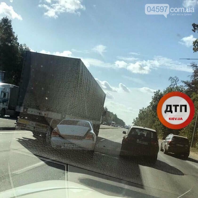 ДТП біля Гостомеля: під фуру потрапило легкове авто , фото-1