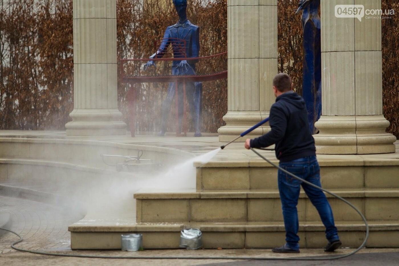 Комунальники миють Центральну площу, фото-1