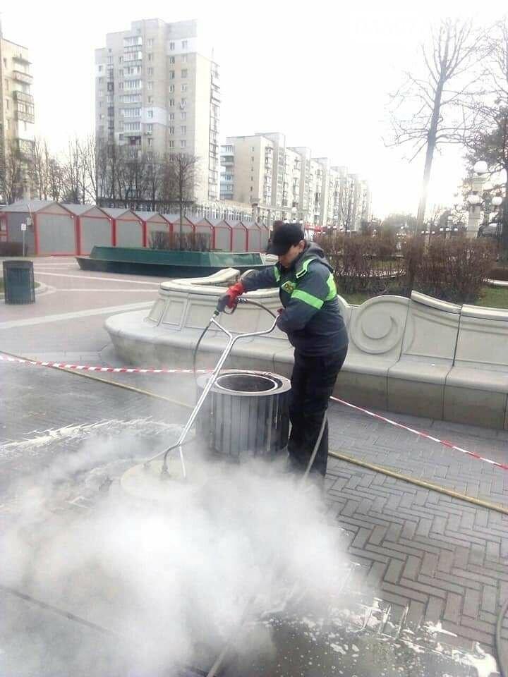 Комунальники миють Центральну площу, фото-3