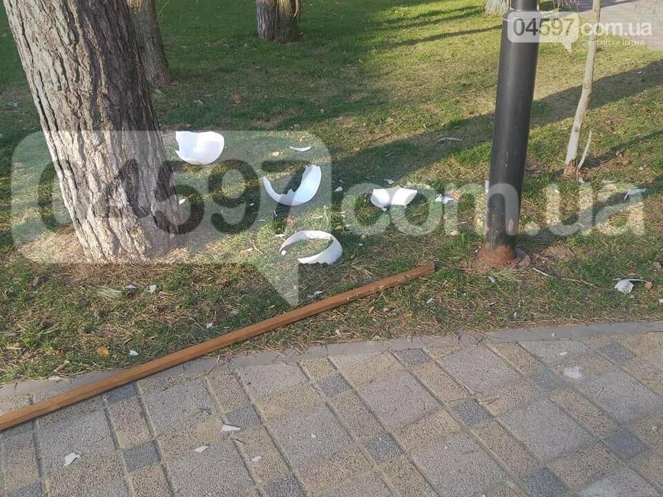 В Ірпені вандали потрощили ліхтарі в парку Покровський, фото-1