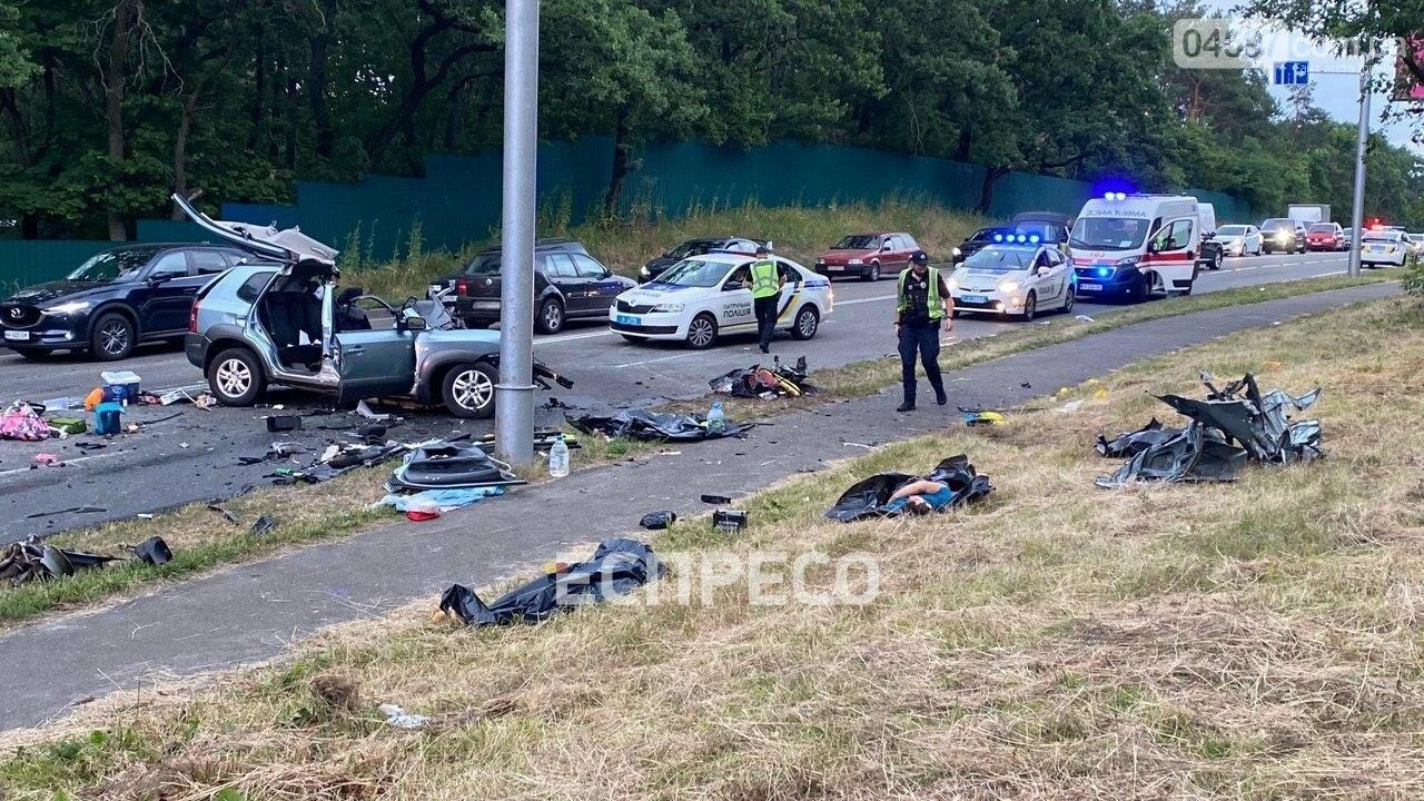 Під Києвом п'яний водій Mercedes влаштував ДТП: загинула багатодітна сім'я, фото-1