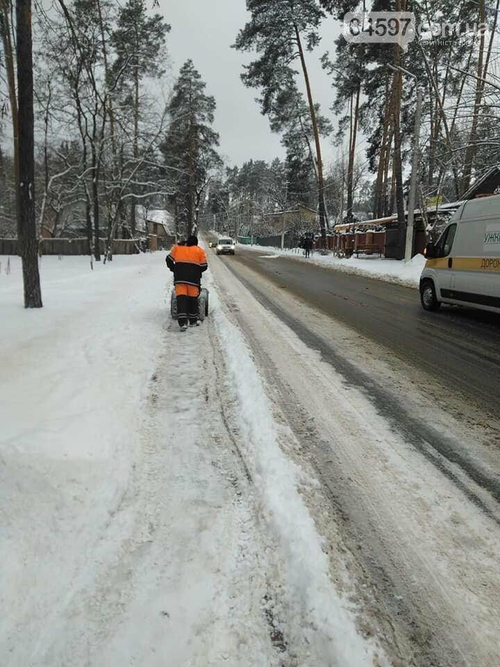 Комунальники прибирають від снігу Ірпінь