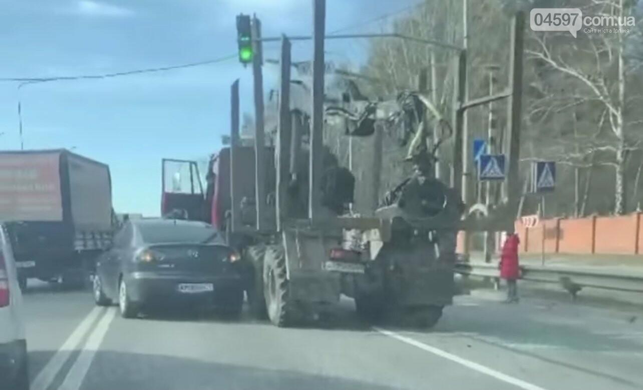 Потрійна ДТП на Гостомельському шосе: вантажівка в'їхала в легковик, фото-1