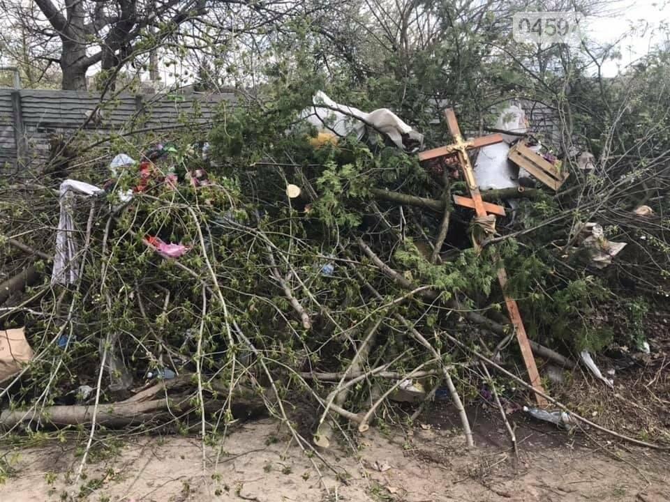 Бучанське кладовище перетворюється на смітник