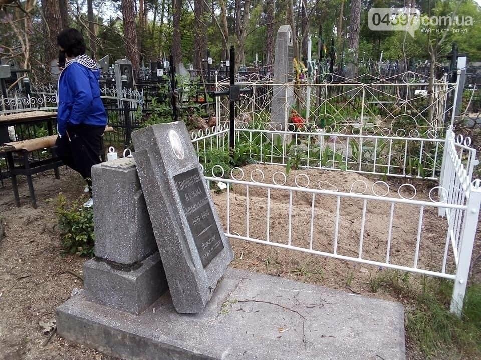 У Бучі комунальники понівечили кладовище