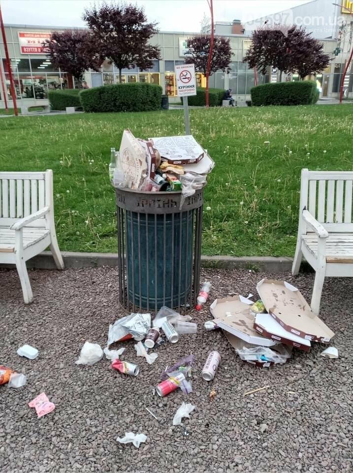 Центр Ірпеня завалено сміттям