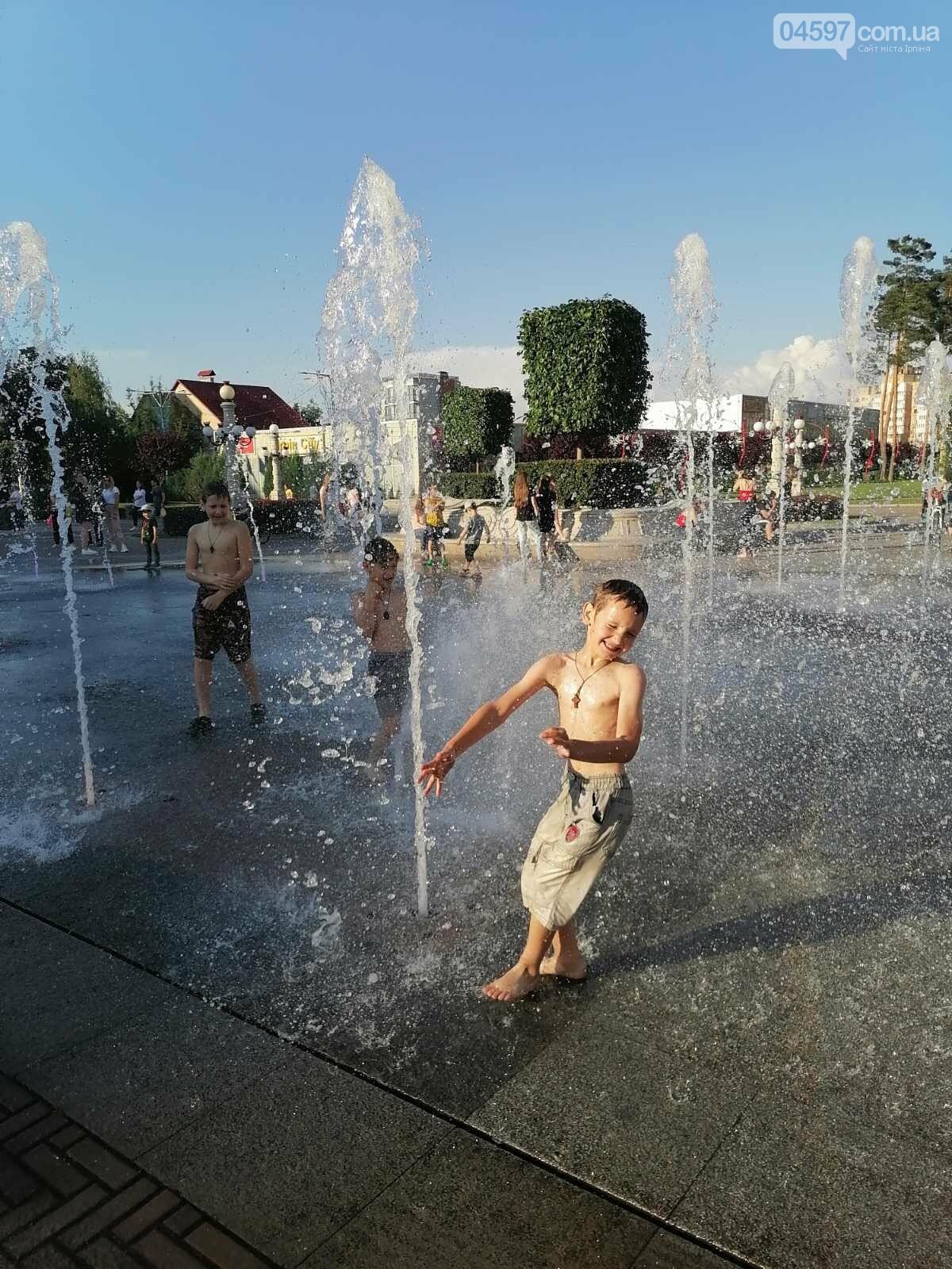 В Ірпені діти купаються у фонтані