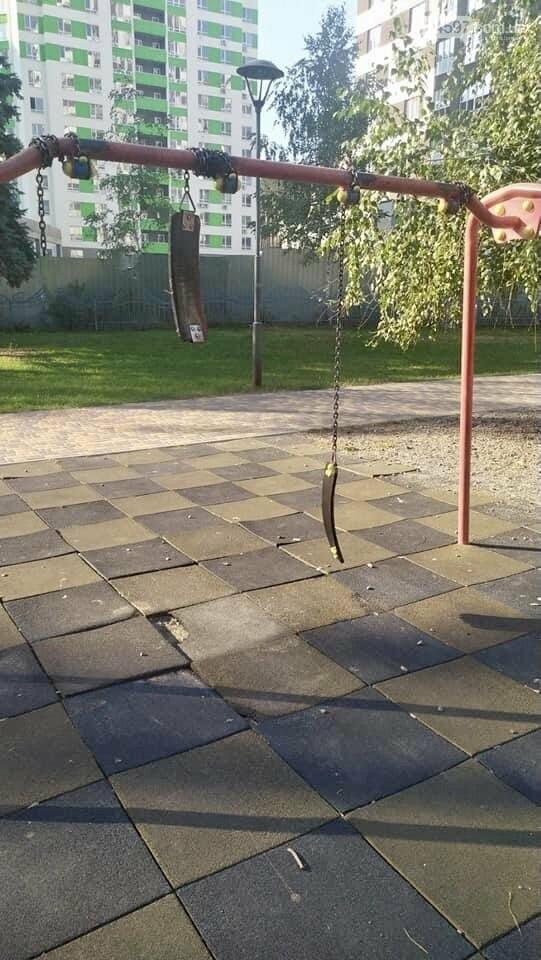 В ірпінському парку невідомі зламали гойдалки